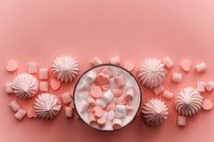 напиток с взбитыми сливк, зефирами и сердцем сформировал тонизированные конфеты шоколада стоковое изображение