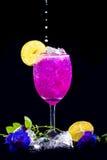 Напиток сделанный цветками гороха и лимоном, им сладостным и кислым Стоковое Фото