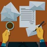 Напишите адреса на конвертах, который нужно переслать Стоковые Изображения RF