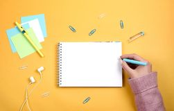 Напишите мысли и идеи в чистой белой тетради на оранжевой предпосылке стоковые изображения rf