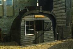Наполовину властительский коттедж, сделанный от кормового раздела старой рыбацкой лодки Hastings Lugger стоковые фотографии rf