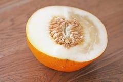 Наполовину дыня в отрезке Семена подсолнуха, семена дыни в отрезке стоковые фото