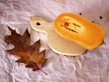 Наполовину тыква для варить суп на деревянной доске, против предпосылки светлой бумаги стоковые изображения rf