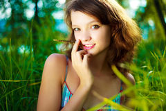 напольная милая женщина стоковые фотографии rf