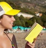 Напольное изображение симпатичного девочка-подростка с книгой Стоковые Фотографии RF
