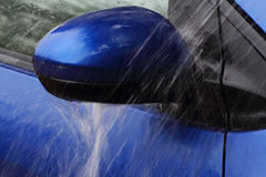 Напольное мытье автомобиля с желтой губкой Стоковое Изображение