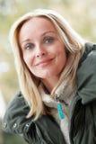 Напольный портрет одежд зимы женщины нося Стоковое фото RF