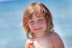 Напольный портрет счастливой девушки на предпосылке моря Стоковое Изображение