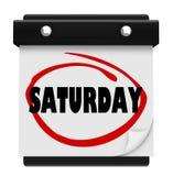 Напоминание выходных календаря стены субботы объезжанное словом Стоковое фото RF