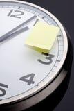 Напоминание назначения Часы с желтым липким примечанием стоковые фотографии rf