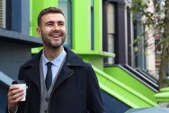 Напористый бизнесмен показывая положительную эмоцию стоковые изображения rf