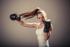 Напористый бой молодой женщины с перчатками бокса Стоковое фото RF
