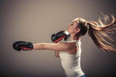 Напористый бой молодой женщины с перчатками бокса Стоковые Фотографии RF