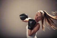 Напористый бой молодой женщины с перчатками бокса Стоковое Изображение RF