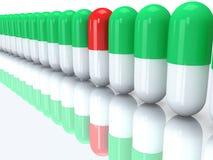 Наполовину красная капсула в строке наполовину зеленых пилюлек. 3D Стоковые Изображения