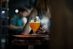 Наполовину полное стекло свежего пива пшеницы Стоковая Фотография RF