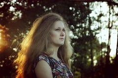 напольная женщина захода солнца портрета стоковые изображения rf