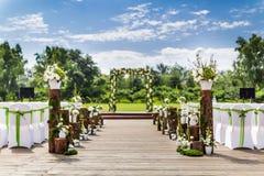 Напольная сцена свадьбы стоковое фото