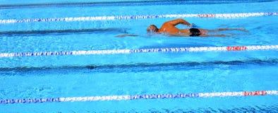 напольное заплывание бассеина стоковая фотография