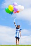 Напольный портрет милой молодой маленькой черной девушки играя с Стоковое Фото