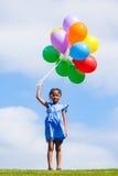 Напольный портрет милой молодой маленькой черной девушки играя с Стоковая Фотография RF