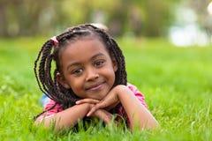 Напольный портрет милой молодой черной девушки усмехаясь - африканское pe стоковое изображение rf