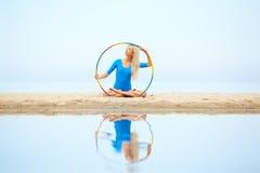 Тренировка девушки на пляже Стоковые Фотографии RF