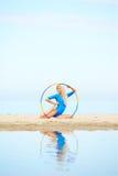 Тренировка девушки на пляже Стоковое фото RF
