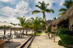 Напольный ресторан на пляже. Кафе на пляже, океане и небе. Установка таблицы на тропическом ресторане пляжа. Доминиканская Республ Стоковая Фотография
