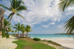 Напольный ресторан на пляже. Кафе на пляже, океане и небе. Установка таблицы на тропическом ресторане пляжа. Доминиканская Республ Стоковое Изображение