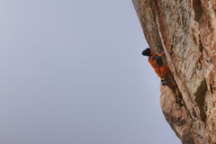 напольный спорт Альпинист утеса восходя трудная скала Весьма взбираться спорта Стоковое Изображение