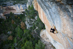 напольный спорт Альпинист утеса имея остатки на скале Весьма взбираться спорта Стоковые Изображения