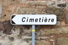 Направление и дорожный знак кладбища в французском Стоковое Изображение
