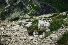 Направление пути в горах на каменной мостоваой Стоковое фото RF