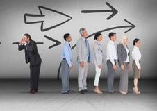 Направление стрелок при бизнесмен вызывая в противоположном направлении группы Стоковые Изображения
