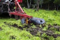 Направляя рельсами трактор в процессе работы Стоковые Фотографии RF