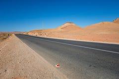 Направьте ровную дорогу в пустыне Марокко стоковые изображения