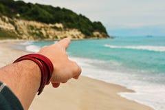 Направление персоны указывая пальцем на пляже стоковая фотография rf