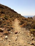 Направление пути в горах, горах дороге, пути гор, направлении на пакостной дороге гор, одичалой дороге, пакостной дороге в Стоковые Изображения RF