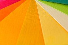 Направляющий выступ палитры цвета Покрашенный текстурированный бумажный каталог образца образцов Яркие и сочные цвета радуги Крас Стоковые Изображения RF