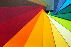 Направляющий выступ палитры цвета Покрашенный текстурированный бумажный каталог образца образцов Яркие и сочные цвета радуги Крас Стоковые Фото