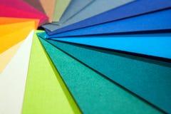 Направляющий выступ палитры цвета Покрашенный текстурированный бумажный каталог образца образцов Яркие и сочные цвета радуги Крас Стоковое фото RF