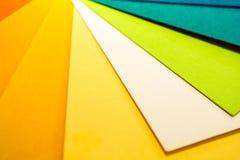 Направляющий выступ палитры цвета Покрашенный текстурированный бумажный каталог образца образцов Яркие и сочные цвета радуги Крас Стоковое Изображение RF