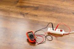 Напряжение тока измерения в электрическом гнезде с вольтамперомметром стоковое фото