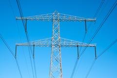напряжение тока полюса электричества кабеля высокое Стоковые Фотографии RF
