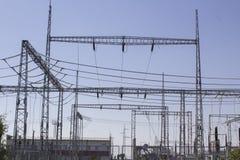 напряжение тока подстанции изоляторов детали электрическое высокое Стоковые Фотографии RF