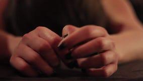 Напряженные женские руки акции видеоматериалы