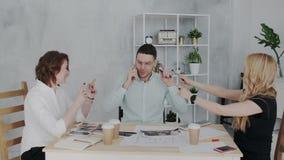 Напряженные и ответственные переговоры в офисе Вождь говорит по телефону с клиентом который одобряет большую видеоматериал