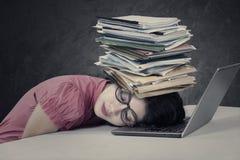 Напряжённая женщина с обработкой документов на ее голове Стоковые Изображения