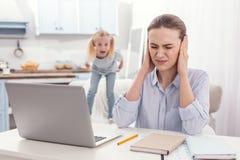 Напряжённая мать-одиночка мешая от детей кричащих Стоковое Изображение RF